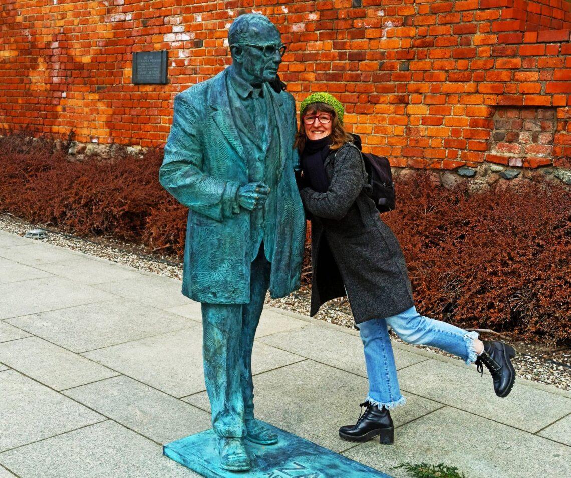 la statua in bronzo, rappresenta l`architetto che ha ricostruito Varsavia